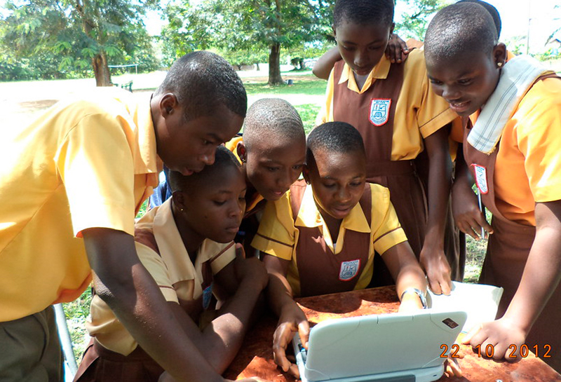 Children using a computer in Ghana - https://www.flickr.com/photos/beyondaccessinitiative/9201200927